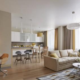 Кухня-гостиная с бежевым диваном