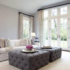 Интерьер гостиной частного дома с бежевыми шторами