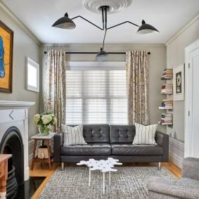 Серый диван с каретной обивкой