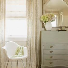 Белый стул с пластиковым сидением