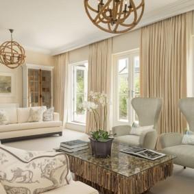 Интерьер гостиной комнаты с тремя окнами
