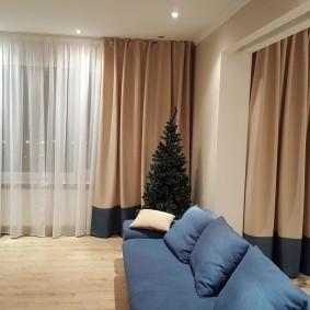 Синий диван в гостиной городской квартиры