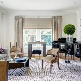 Комбинированные шторы в комнате с роялем