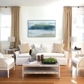 Симметричная расстановка мягкой мебели в зале