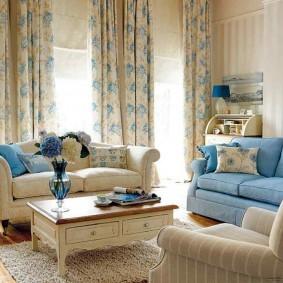 Бежево-голубые занавески в гостиной комнате