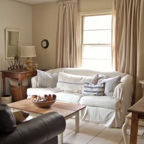 Белый чехол на диване прямого типа