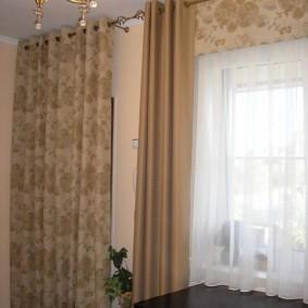 Сочетание штор различного типа на окне гостиной
