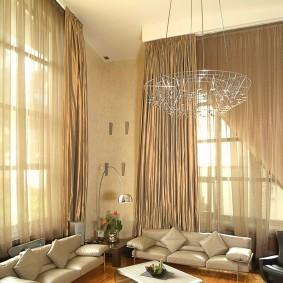 Зал частного дома с высокими окнами