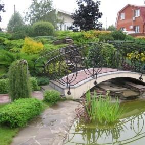 Садовый мостик с металлическими перилами