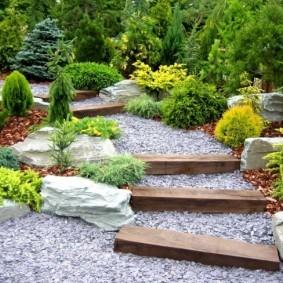 Садовая лесенка с деревянными ступенями