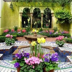 Цветы в саду восточного стиля