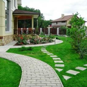 Цементная брусчатка на тропинке к дому