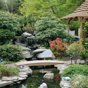 Простой мостик через садовый ручей