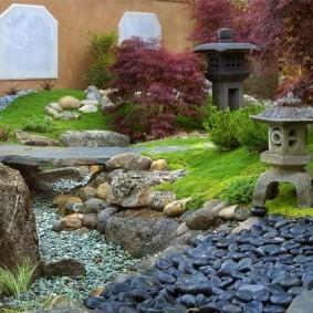 Сухой ручей в ландшафте садового участка
