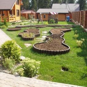 Садовые клумбы из деревянных обрезков
