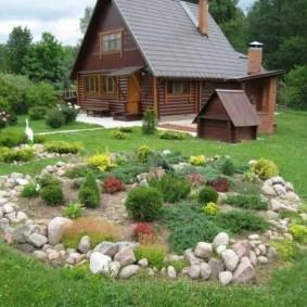 Деревянный домик с двухскатной крышей