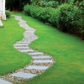 Комбинированная дорожка в саду загородного участка