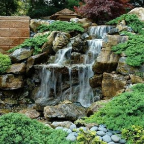 Каскадный водопад на дачном участке