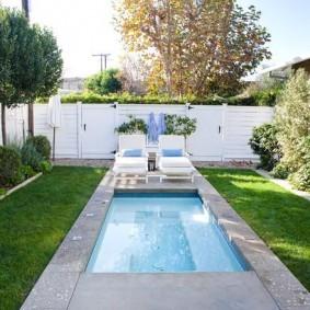 Летний бассейн в маленьком саду