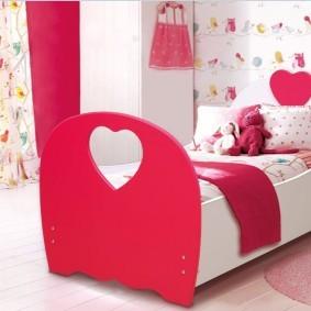 Красная спинка детской кроватки