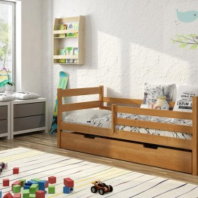 Детская кроватка для ребенка ясельного возраста