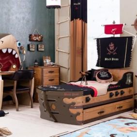 Кроватка-кораблик для маленького ребенка