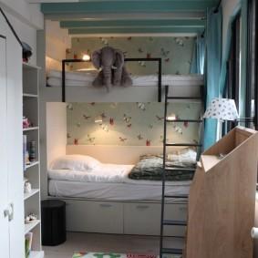 Двухъярусная кровать в узкой комнате