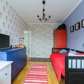 Полосатый коврик в узкой спальне
