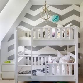 Геометрические узоры на обоях в детской