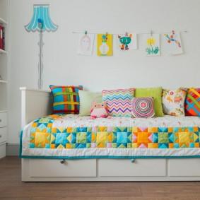 Яркое одеяло на детской кровати