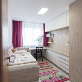 Плотные шторы на окне детской спальни