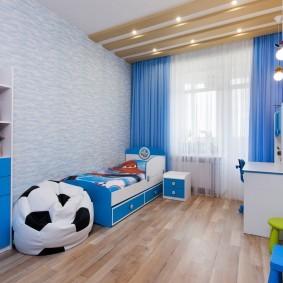 Голубые шторы на окне детской