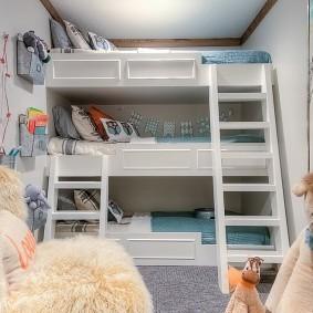 Трехъярусная кровать в спальне мальчиков