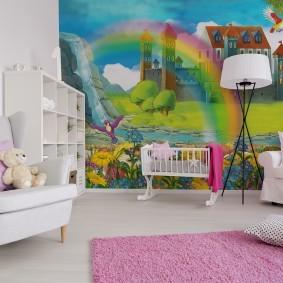 Розовый ковер в комнате с белой мебелью