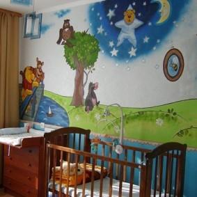 Пеленальный столик возле кроватки для новорожденного