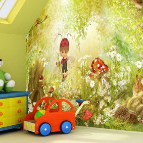 Игрушечная машинка на полу комнаты