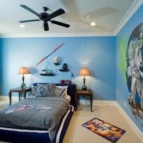 Черный вентилятор на белом потолке