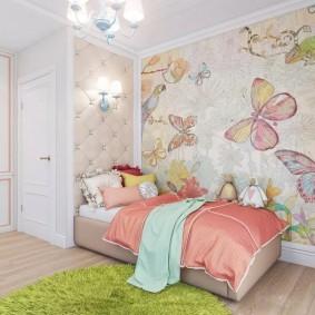 Нарисованные бабочки на стене комнаты для девочки