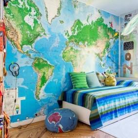 Физическая карта мира в интерьере комнаты
