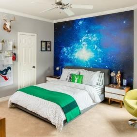 Зеленое покрывало на белой кровати