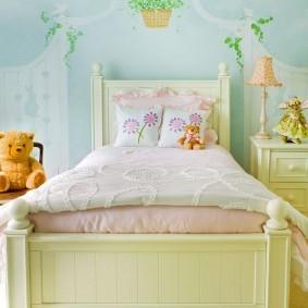 Бежевая кровать из натурального дерева