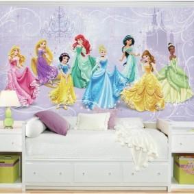 Сказочные феи на обоях в жилой комнате