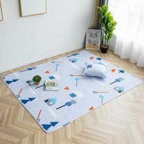 Голубой коврик на паркетном полу