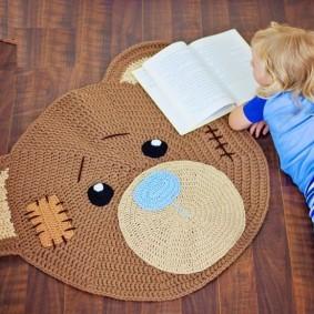 Открытая книжка перед детским ковриком