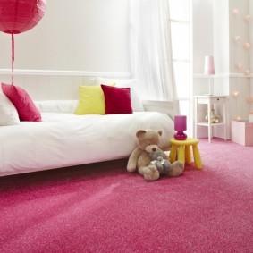 Розовый палас в комнате девочки