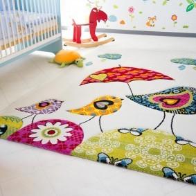 Красивый коврик в комнате для новорожденного