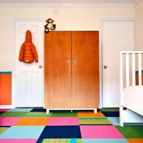 Разноцветные квадрата на ковром покрытии