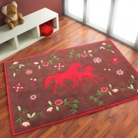 Красные лошадки на коврике в детской