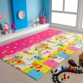Герои мультфильмов на ковре в детской спальне