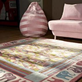 Квадратный коврик перед детским диванчиком